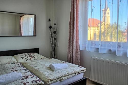 Postel nebo postele na pokoji v ubytování Penzion U Broucka