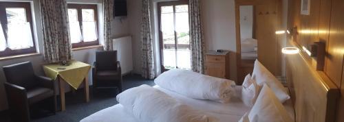 Cama ou camas em um quarto em Gästehaus Inzeller Hof