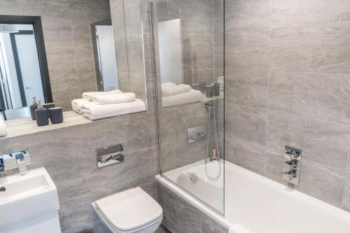 A bathroom at City Aldgate Apartments