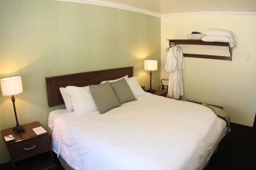 A bed or beds in a room at The Mammoth Creek Inn