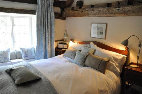 A bed or beds in a room at Updown Cottage