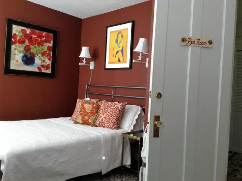 A bed or beds in a room at My Rosegarden Guest Rooms