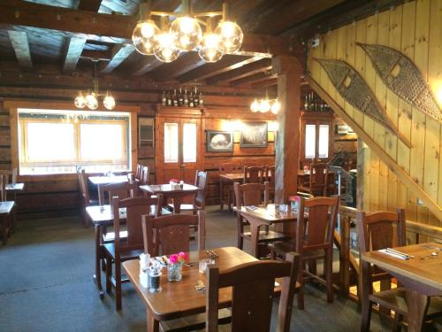A restaurant or other place to eat at Helmcken Falls Lodge