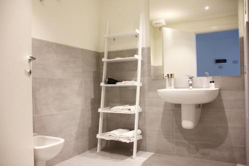 A bathroom at Oliveto B&B
