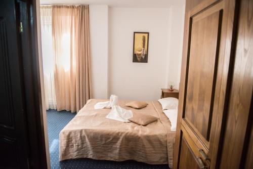 Un pat sau paturi într-o cameră la Hotel Dynes