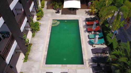 Ein Blick auf den Pool von der Unterkunft Ampha Place oder aus der Nähe