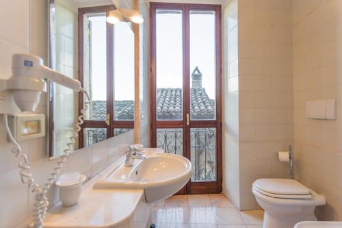 A bathroom at Albergo del Teatro