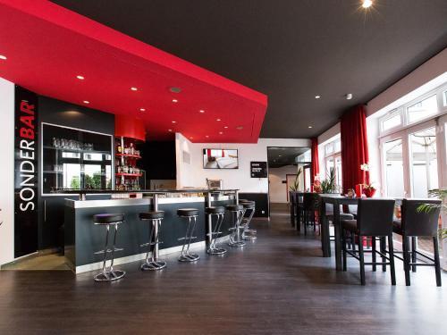 Ein Restaurant oder anderes Speiselokal in der Unterkunft DORMERO Hotel Dresden Airport