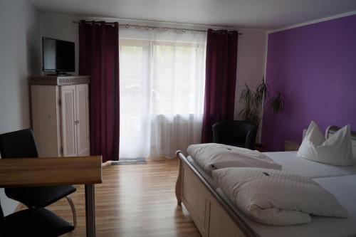Ein Bett oder Betten in einem Zimmer der Unterkunft Gästehaus zur Mühle Dehm