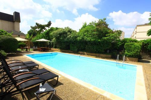 The swimming pool at or near The Originals City, Hôtel de Bordeaux, Bergerac (Inter-Hotel)