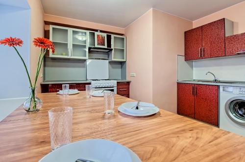 Кухня или мини-кухня в FlatHome24 на Фермском 32