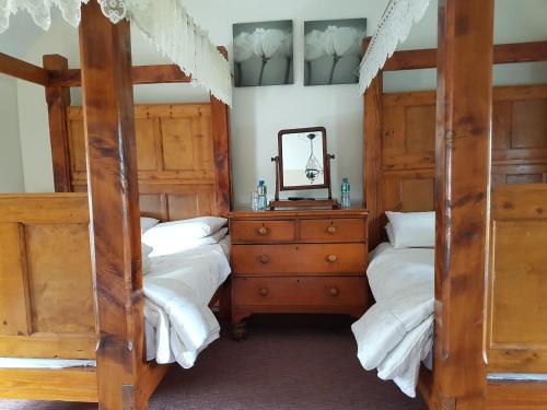A bed or beds in a room at Racey Byrnes B&B