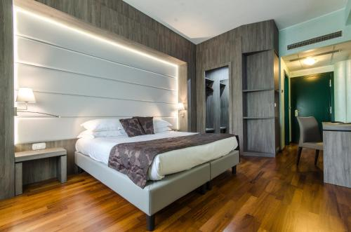 A bed or beds in a room at Hotel Santacroce Meeting