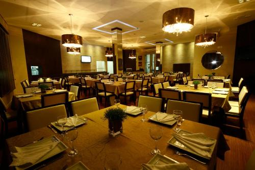 A restaurant or other place to eat at Goldmen Hotel
