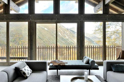 A seating area at Home by U - Chalet 1