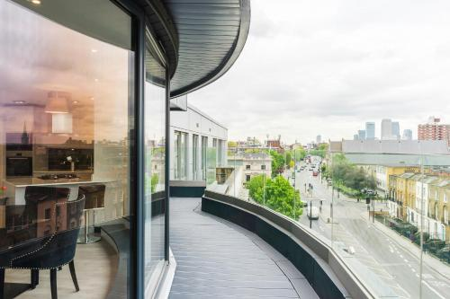 A balcony or terrace at City Aldgate Apartments