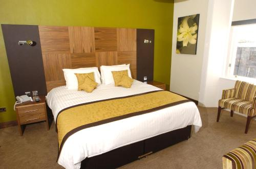 A bed or beds in a room at Acorn Hotel