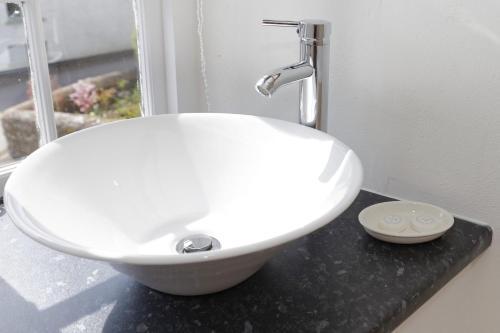A bathroom at Rams Head Inn