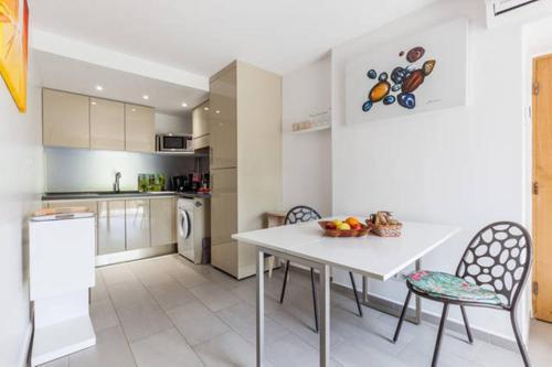 A kitchen or kitchenette at Maison de Vacances - Casa Mezanaccia avec Terrasse fleurie
