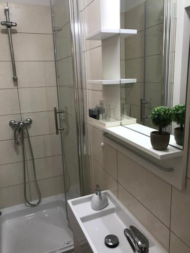 A bathroom at Rilati Old town Palace 1