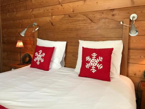 A bed or beds in a room at La Clé des Bois
