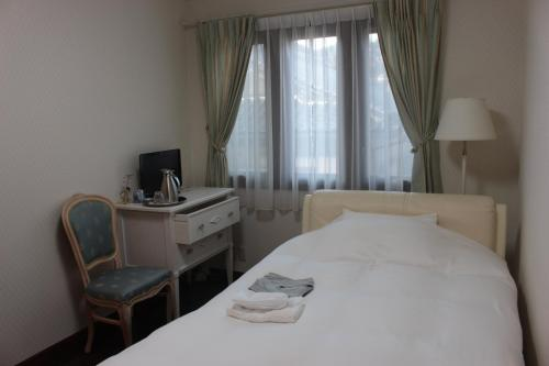 A bed or beds in a room at La Isla Tasse