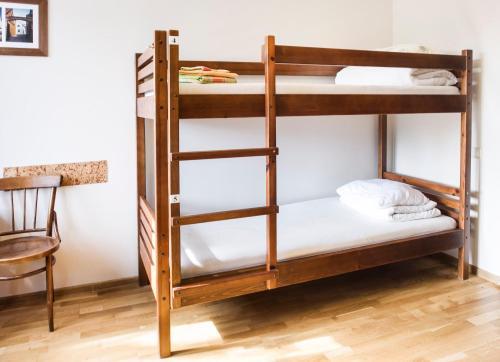 Klaipeda Hostelにある二段ベッド