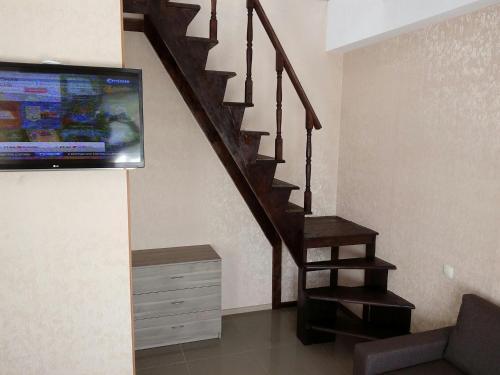 Телевизор и/или развлекательный центр в 2-х этажная студия