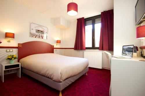 A bed or beds in a room at Hotel des 4 Soeurs