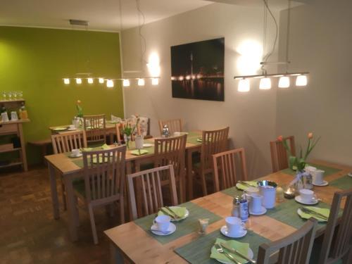 Ein Restaurant oder anderes Speiselokal in der Unterkunft Apartmenthaus Sonnen