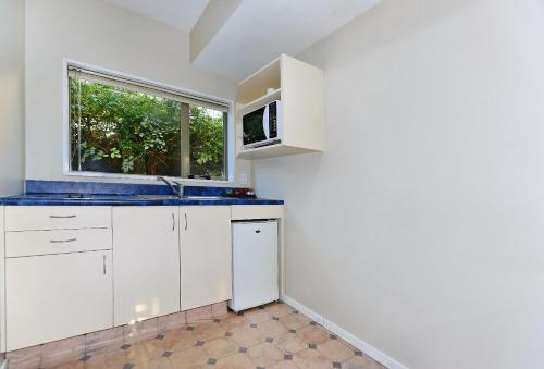 A kitchen or kitchenette at Arena Motel