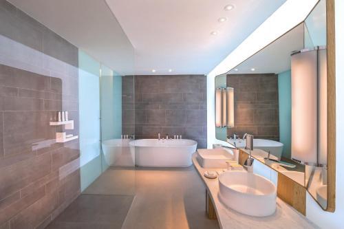 A bathroom at Nikki Beach Resort & Spa Dubai