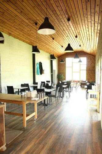 Ein Restaurant oder anderes Speiselokal in der Unterkunft Draflastadir Guesthouse