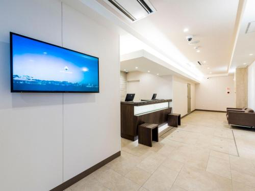 A television and/or entertainment center at HOTEL MYSTAYS Sapporo Nakajima Park Annex