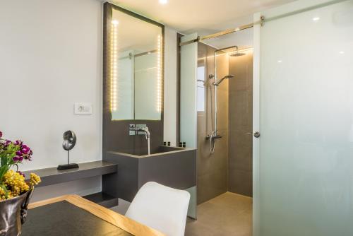 Ein Badezimmer in der Unterkunft Forum Suites