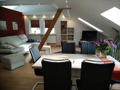 Ein Sitzbereich in der Unterkunft Apartmenthaus Wertheim