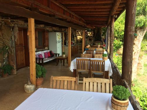A restaurant or other place to eat at Simena Pension