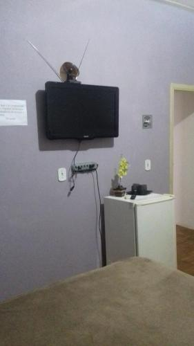 Uma TV ou centro de entretenimento em Alanda Casa