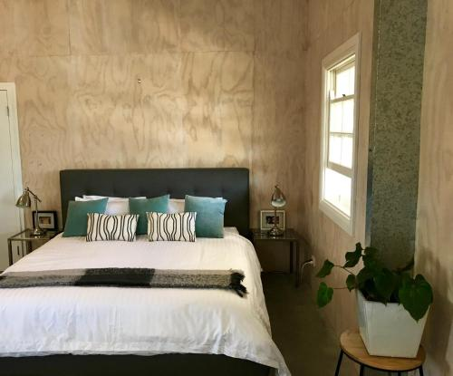 A bed or beds in a room at SUNSET RIDGE BYRON BAY - Eco-Luxe Stay
