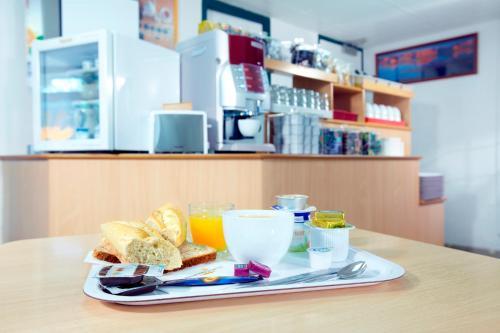 Options de petit-déjeuner proposées aux clients de l'établissement Premiere Classe Valenciennes Sud - Rouvignies