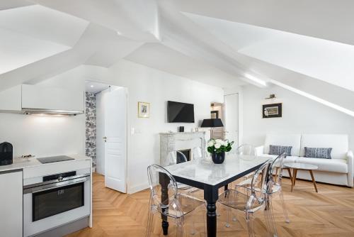 Una cocina o zona de cocina en Les Demoiselles à Versailles - Au Pied du Château