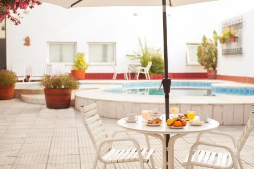 Baseinas apgyvendinimo įstaigoje Hotel Carollo arba netoliese