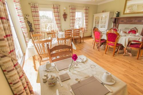 A restaurant or other place to eat at Cloghan Lodge