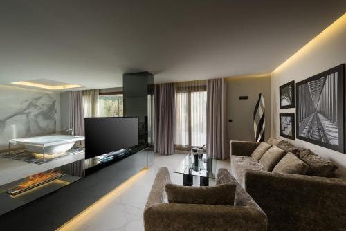 Una televisión o centro de entretenimiento en Hotel Spa Elia