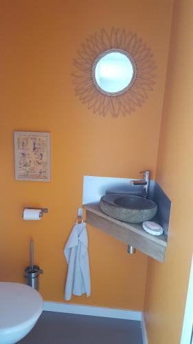 A bathroom at Alapause