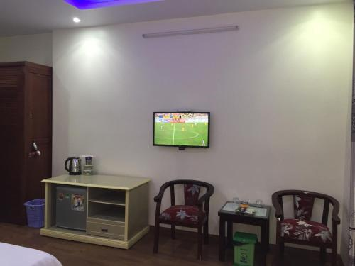 A television and/or entertainment center at Thanh Phat Hotel