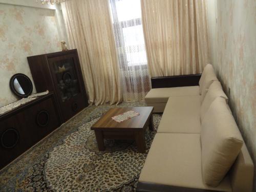 Uma área de estar em Apartment near Khatai
