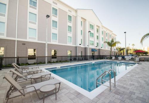 The swimming pool at or close to Hampton Inn & Suites Orlando near SeaWorld