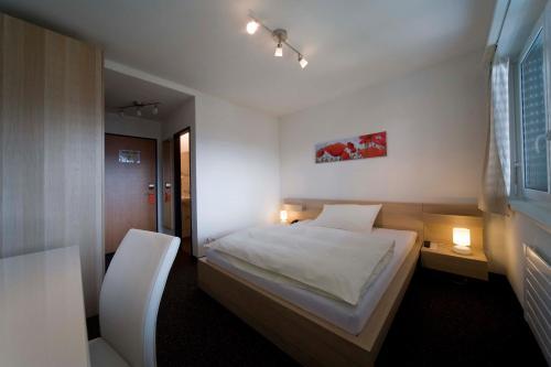 Ein Bett oder Betten in einem Zimmer der Unterkunft Hôtel Oasis