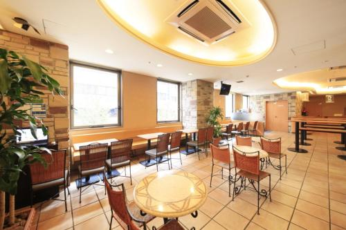 A restaurant or other place to eat at R&B Hotel Shin Yokohama Ekimae
